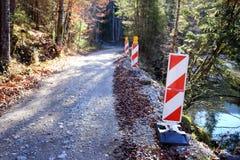 在压碎岩路附近的障碍 免版税库存照片