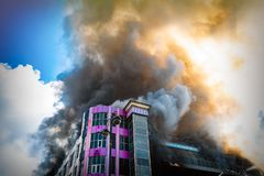 在厚实的毒性烟的燃烧的大厦 免版税图库摄影