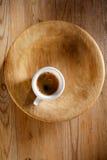 在厚实的空白杯子的浓咖啡咖啡在老木头 免版税图库摄影