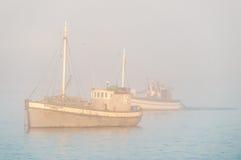 在厚实的薄雾的渔船 免版税图库摄影