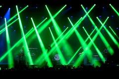 在原始呐喊(带)音乐会的绿色激光在维达节日 免版税库存照片