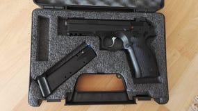 在原始的案件的枪CZ75阴影 免版税库存照片