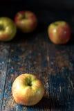 在原始蓝色背景的苹果 免版税库存照片