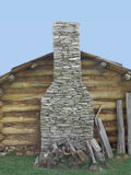 在原木小屋墙壁上的石烟囱  库存图片