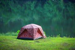 在原野设定的帐篷露营车 免版税库存照片