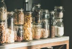 在厨台的土气厨房食物存贮安排 免版税库存照片