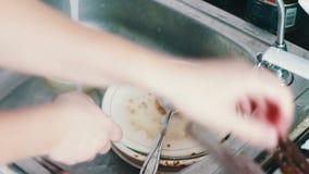 在厨房关闭的人清洗的肮脏的盘,洗盘子在厨房里 影视素材