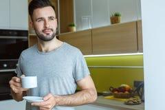 在厨房唯一生活方式概念饮用的咖啡的学士人每日惯例 免版税库存图片