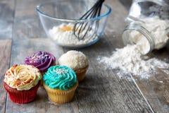 在厨房器物前面的杯形蛋糕 库存图片
