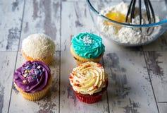 在厨房器物前面的杯形蛋糕 免版税库存照片