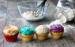 在厨房器物前面的杯形蛋糕 免版税图库摄影