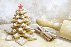 在厨房圣诞节烘烤的姜饼树 库存照片