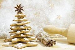 在厨房圣诞节烘烤的姜饼树 免版税库存图片
