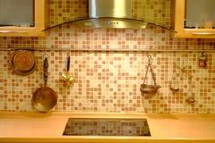 在厨房墙壁上的铜炊具 库存图片