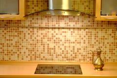 在厨房墙壁背景的铜水壶 免版税库存照片