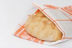在厨房布料的热的国内平的面包 免版税库存图片