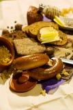 在厨房木板材上把放的整个五谷面包 在桌特写镜头的新鲜面包 在厨房用桌上的新鲜面包健康吃 图库摄影