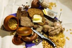 在厨房木板材上把放的整个五谷面包 在桌特写镜头的新鲜面包 在厨房用桌上的新鲜面包健康吃 库存照片