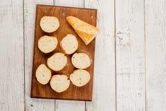 在厨房板的切的面包在土气桌 看法从上面与拷贝空间 库存图片