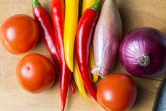 在厨房板的菜混合 素食食物 免版税图库摄影