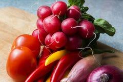 在厨房板的菜混合 素食食物 库存照片
