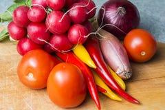 在厨房板的菜混合 素食食物 免版税库存图片