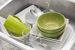 在厨房水槽的洗涤的盘 免版税库存照片