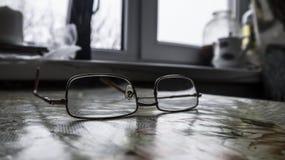 在厨房用桌上用桌布盖了是金属被构筑的玻璃 免版税库存照片
