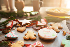 在厨房用桌上的传统圣诞节曲奇饼 免版税库存照片