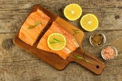 在厨房用桌上的冻三文鱼 饮食食物 家庭烹饪鱼 库存图片