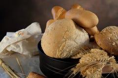 在厨房用桌上的家制面包有黑暗的背景 免版税库存图片