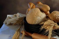 在厨房用桌上的家制面包有黑暗的背景 库存图片