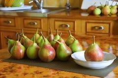 在厨房用桌上的成熟甜梨 库存照片