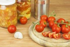 在厨房用桌上的新鲜的蕃茄 在一个木切板的蕃茄 菜的国内耕种 免版税库存图片