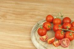 在厨房用桌上的新鲜的蕃茄 在一个木切板的蕃茄 菜的国内耕种 库存照片