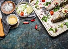 在厨房用桌上的生鱼准备与烹调成份 健康的食物 免版税库存图片