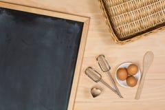 在厨房用桌上的黑板 免版税库存图片