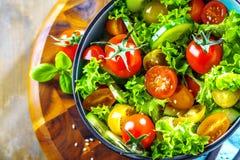 在厨房用桌的菜色拉盘 平衡饮食 免版税库存照片