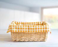 在厨房用桌空的空间的秸杆篮子 免版税库存照片