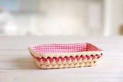 在厨房用桌空的空间的秸杆篮子 库存照片
