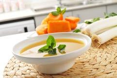 在厨房的工作台面的蔬菜汤 库存图片