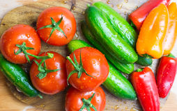 在厨房的未加工的蔬菜削减了板,顶视图 免版税库存图片
