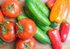 在厨房的未加工的蔬菜削减了板,顶视图 图库摄影