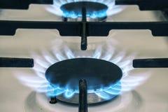 在厨房的煤气炉火焰 从火炉的蓝色火火焰 免版税库存图片