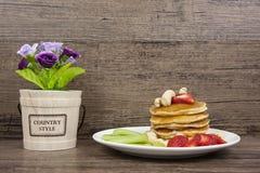在厨房的甜薄煎饼早餐 免版税库存照片