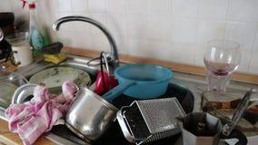 在厨房的肮脏的器物 股票视频