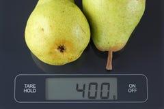 在厨房等级的两个绿色梨 免版税库存照片