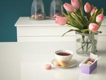 在厨房背景的新鲜的黄色郁金香 3d 免版税库存照片