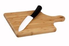 在厨房董事会的刀子 图库摄影