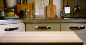 在厨房被弄脏的背景的木桌  免版税库存照片